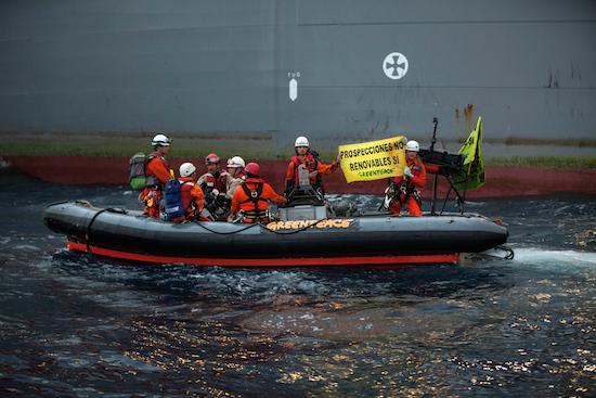 Foto de los héroes de Greenpeace frente a las prospecciones de petroleo en Canarias. España.