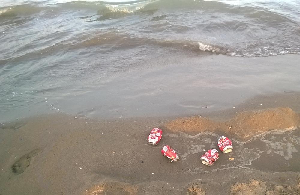 Foto de playa con basura