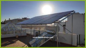 foto de mis placas solares fotovoltaicas con el Sol de fondo