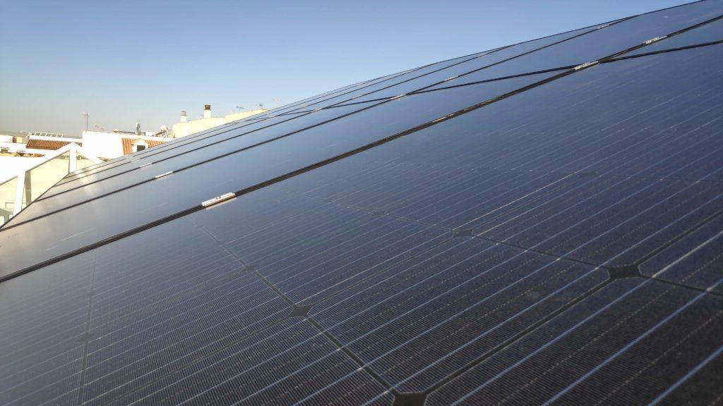 Vista de instalación de autoconsumo con excedentes con placas solares fotovoltaicas