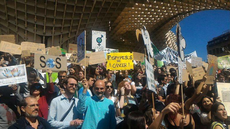 Concentración frente a la emergencia climática en Sevilla