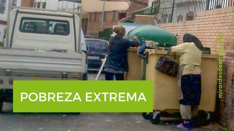 Foto mujeres buscando en contenedores de basura